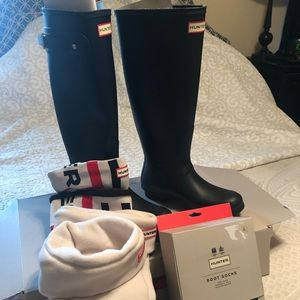 Hunter black rain boots with 3 pr of Hunter socks